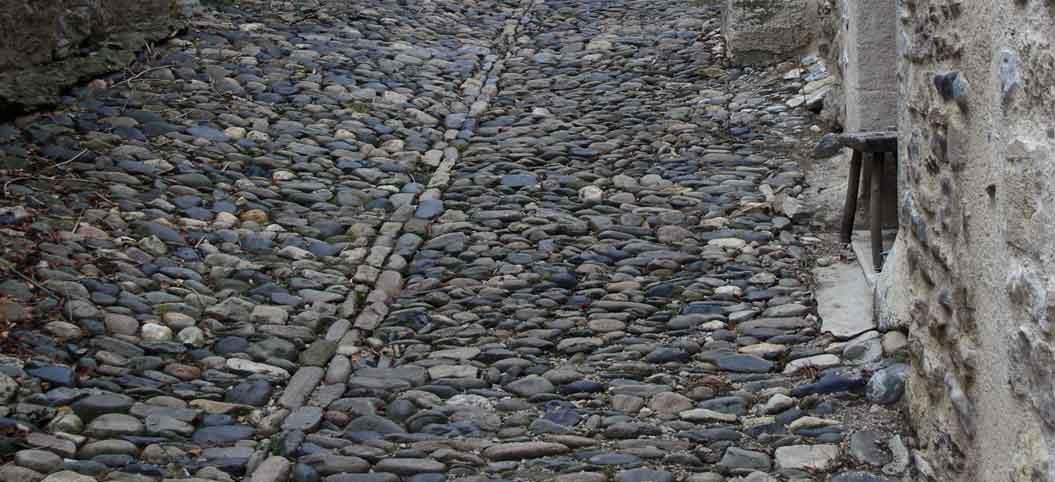 Rue pavée de galets à Saint-Côme-d'Olt en Aveyron